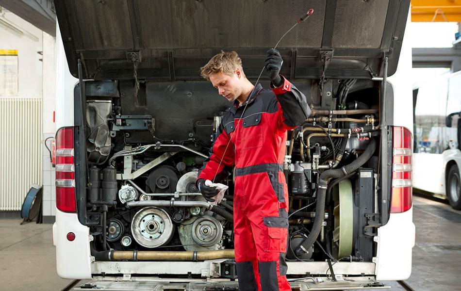 Os mecânicos apreciam o pano de limpeza da MEWA porque é ultra-absorvente, não rasga, está sempre em forma e limpa suave e profundamente (Foto: MEWA)