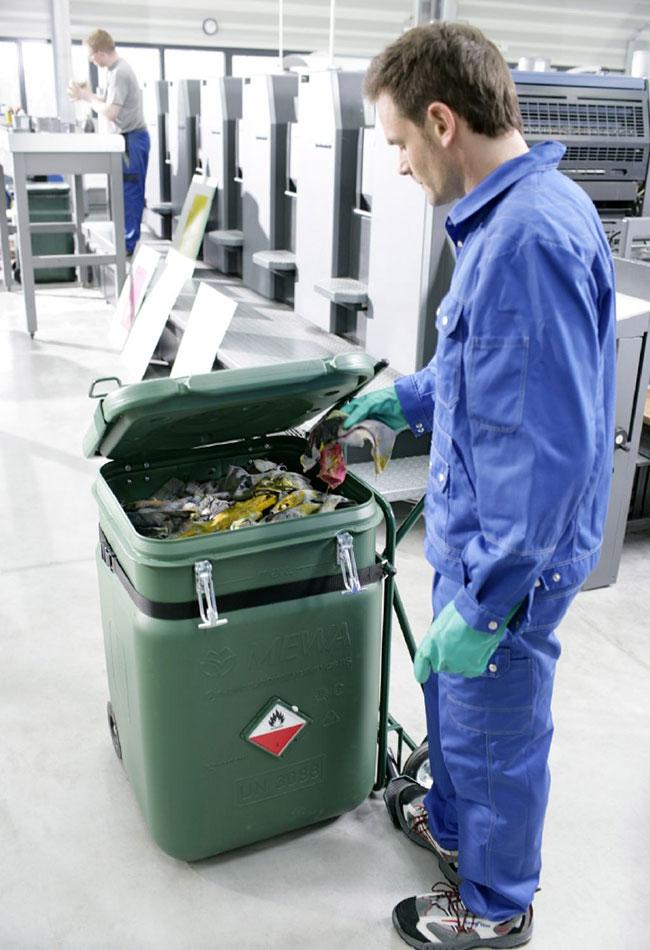 O contentor de segurança MEWA SaCon é parte essencial do sistema de panos de limpeza MEWA. A dimensão da empresa determina o número de contentores necessário (Foto: MEWA)